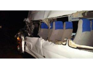 Minibüs Tır ile çarpıştı: 20 yaralı