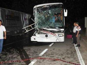 Yolcu otobüsü tıra çarptı: 33 yaralı