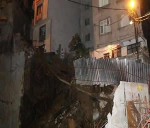 Kağıthane'de istinat duvarı çöktü: İki bina boşaltıldı