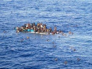 Libya açıklarında yüzlerce göçmen taşıyan tekne battı