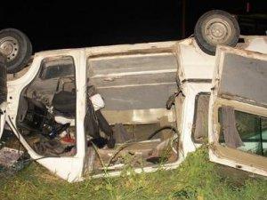 Minibüs sinyalizasyon direğine çarptı: Bir ölü, iki yaralı