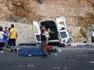 Göçmenleri taşıyan araç kaza yaptı; ölü ve yaralılar var
