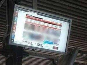 Otobüs durağında porno yayını