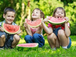 Çocuğum yaz meyveleri ile tanışıyor