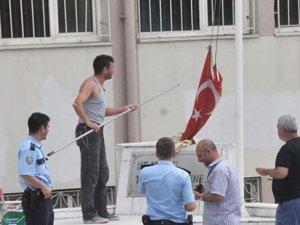 Direği boyarken bayrağı indirdi, polis örgüt üyesi sanıp okulu bastı
