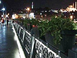 Galata Köprüsü'nde kimliği belirsiz çiçekler
