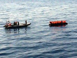 SKG Midilli'de kaçak göçmenlere müdahale ediyor