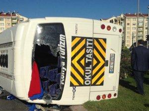 Ambulansa yol vermek isteyen işçi servisine Tır çarptı