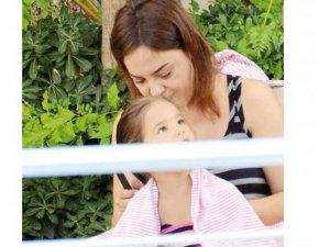 Ebru Gündeş, kızıyla tatile çıktı