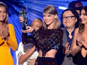 2015 MTV Video Müzik Ödülleri'nin kazananı Taylor Swift