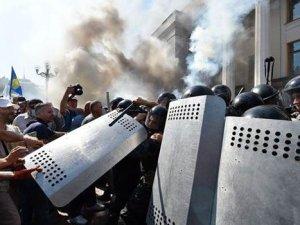 Kiev'de protestocular polisle çatıştı