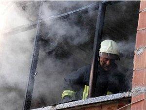 Oturduğu evi ateşe verip, kapıyı üzerine kilitledi
