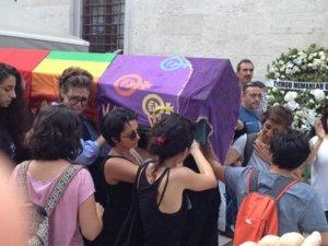 Tabuta örtülen gökkuşağı bayrağına 'yasa dışı' ihbarı