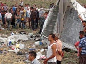 Tarım işçilerini taşıyan minibüs şarampole yuvarlandı: 6 ölü, 25 yaralı