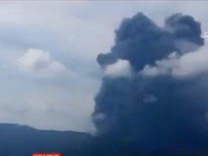 Japonya'da yanardağ alarmı: Patlama anı kameralara yansıdı