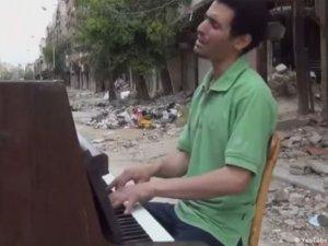 IŞİD piyanoyu haram olduğu gerekçesiyle yaktı