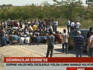Edirne Valisi mültecilerle otoyolda cuma namazı kıldı