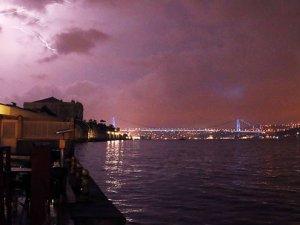 İstanbul'u gece şimşekler aydınlattı