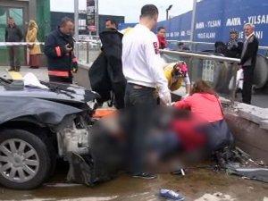 Otomobil metro istasyonuna daldı: 1 ölü, 3 yaralı