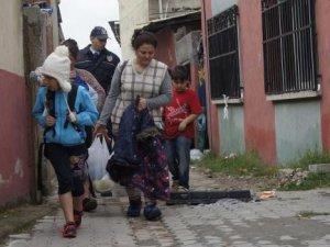 Edirne'de mülteciler Göç İdaresi'ne götürülüyor