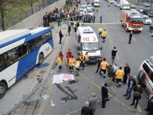 Ankara'da otobüs kazası: Otobüs durağa daldı