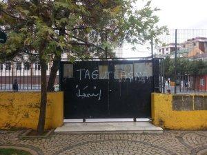 Ortakokulun kapısında IŞİD mesajı