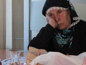 83 yaşındaki kadını kızı sokağa attı