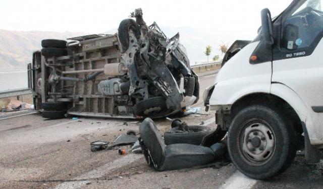 Minibüsler çarpıştı: 1 ölü, 6 yaralı