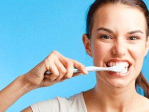 Diş fırçalarken iki elinizi de kullanın