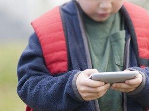 Cep telefonu çocukları kamburlaştırıyor