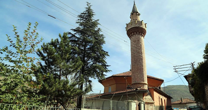Tarihi cami yıkılma tehlikesine karşı ibadete kapatıldı