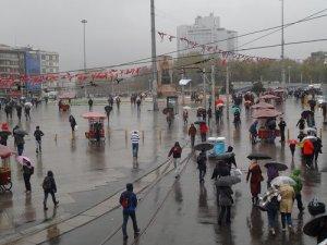 İstanbul'da şiddetli yağmur zor anlar yaşattı