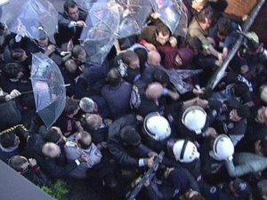Polis kapıları kırarak İpek Medya binasına girdi!