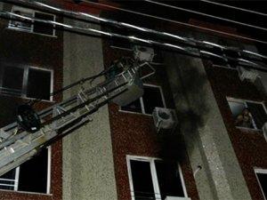 Yanan otelde mahsur kalan 18 kişiyi itfaiye kurtardı