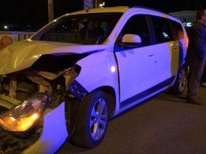 Karşı yöne geçen araç kaza yaptı! 8 yaralı