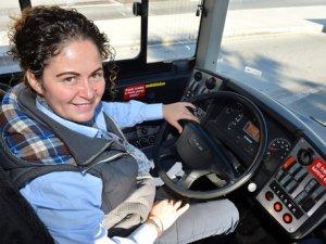 İzmir'de tek kadın otobüs şoförü