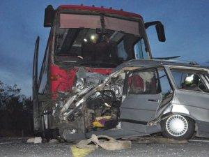 Otomobil otobüsün altında kaldı: 1 ölü, 2 yaralı