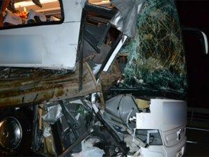 Otobüs TIR'a çarptı: 11 yaralı