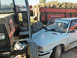 Otomobil, şeker pancarı yüklü traktörün altına girdi 4'ü ağır 5 yaralı