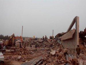 Pakistan'da fabrika çöktü: 20 ölü, onlarca kişi en kaz altında