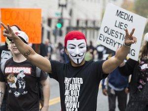 ABD'de ve İngiltere'de maskeli 'kapitalizm' protestosu