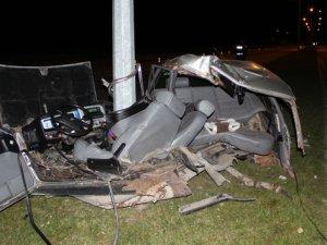 Elektrik direğine çarpan otomobil ikiye ayrıldı: 1 yaralı