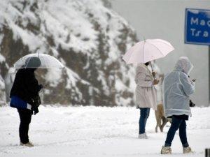 Zigana Geçidi'nde kar kalınlığı 10 santimetreyi buldu