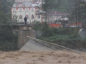 Rize'de şiddetli yağış ve fırtına hasara yol açtı