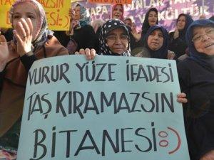 Köylü kadınların ilginç pankartı