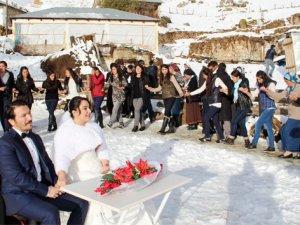 Kır düğünü yerine kar düğünü yaptılar