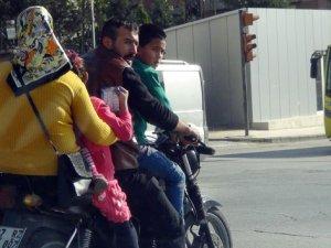 5 kişilik ailenin motor üzerinde tehlikeli yolculuğu