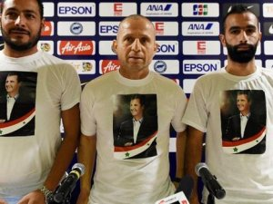 Basın toplantısında Esad tişörtü