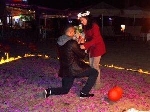 Kumsalda sürpriz evlenme teklifi