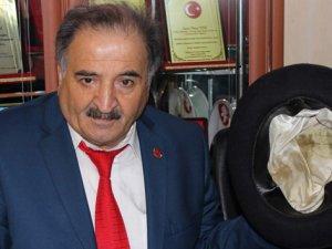 Süleyman Demirel'in hediye ettiği fötr şapkaya gözü gibi bakıyor